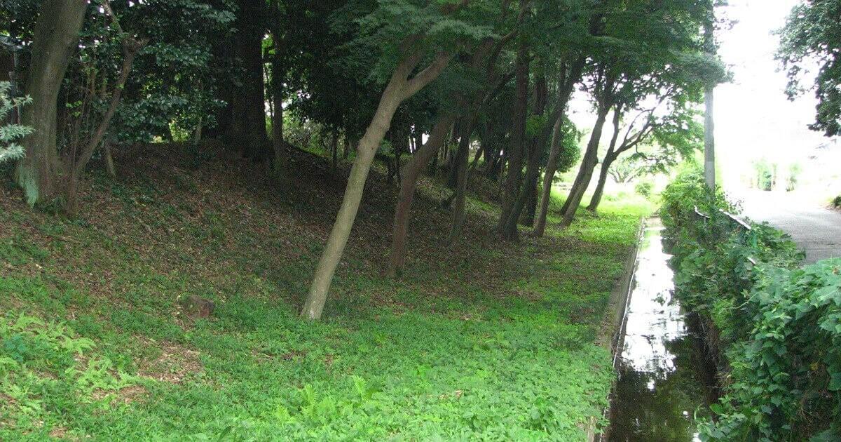 境内には鎌倉・室町期の武家方形居館跡の様子が見て取れます